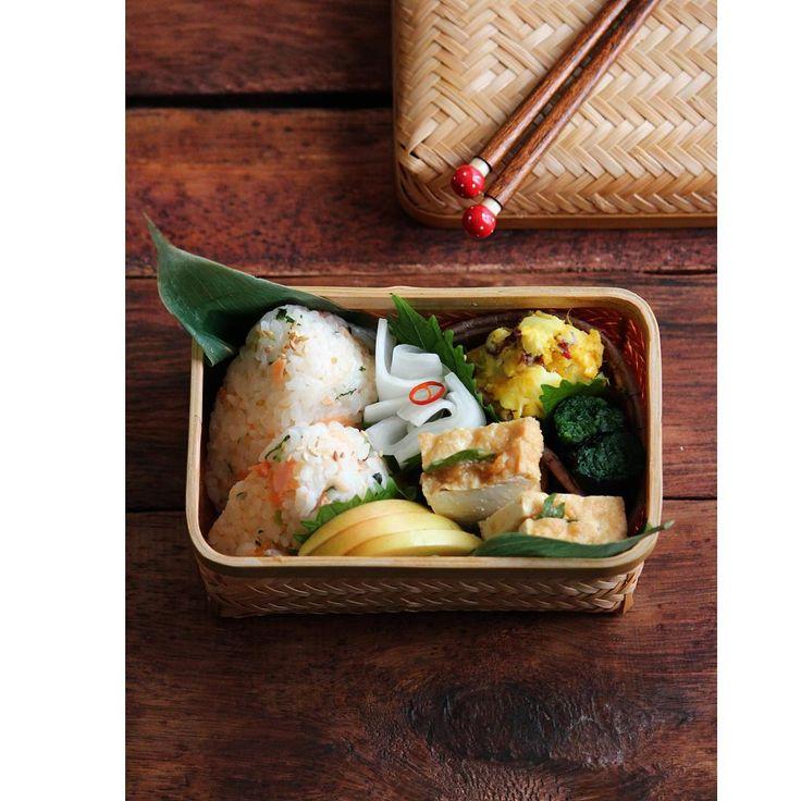 * * 今度こそ。 ちゃんと(?)竹かごお弁当。 メインは10月のレッスンの塩鮭と三つ葉の炊き込みご飯♪ * * 初めてのお弁当箱は詰めるのに ちょっと一苦労(・_・; * でも。 やっぱりこの雰囲気好き! * *