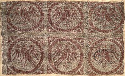 Halbseide, gewebt; Italien, 13.-14.Jh. Budapest, Museum. Félselyem szövet - kitárt szárnyú sasokkal