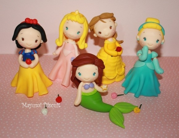 Princesas de BiscuitDisney Side, Cold Clay, Princesses Cake, Sirenetta Cake, Disney Princess, Polymer Clay Disney Princesses, Clay Charms, Cake Cake, Disney Birthday