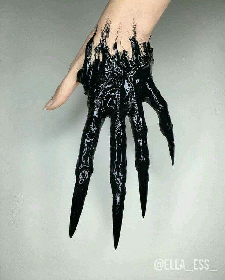 Inky black tenderals versiegelten langsam ihre Hand und bedeckten ihren Rasierer wie Nägel in