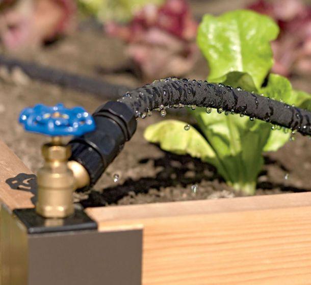 Система капельного полива применяется для ухаживания за капризными садовыми растениями. Благодаря этому подача воды будет стабильной и точной без человеческого вмешательства. Набор включает в себя все необходимое для полива растений: 50-метровый ПВХ шланг диаметром 1/2 дюйма, 25-метровый садовый шланг диаметром 1/2 дюйма, восемь соединительных насадок, один концевой зажим, один адаптер, муфта быстрого соединения на трубу.