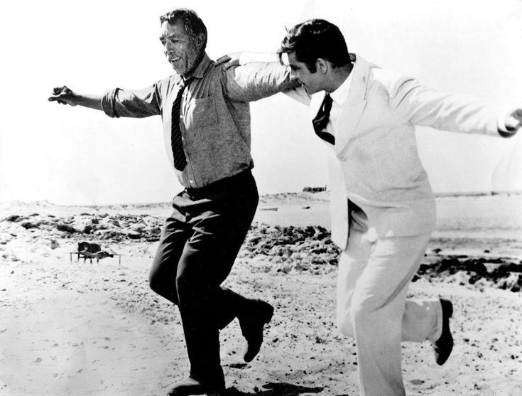 Beim Griechen:  Am Strand von Kreta gibt Alexis Sorbas (Anthony Quinn) seinem...