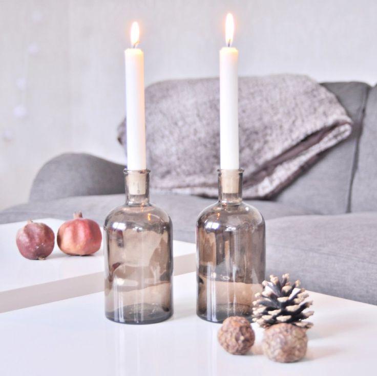 Snygg flaska i mörk rökig ton av återvunnet glas. Fin till blomster eller som ljusstake. Vanliga kronljus passar perfekt!