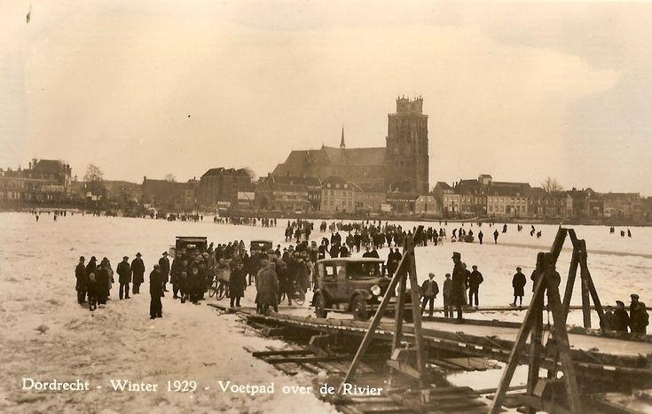 Ook de natuur zorgde in het verleden wel eens voor spectaculaire mogelijkheden voor een overtocht over de rivier. We vinden de huidige winters soms behoorlijk koud. Maar dat is nog niets vergeleken met de winter van 1929. Toen vroor de rivier helemaal dicht en kon zelfs het autoverkeer zich een weg over het ijs banen. Het bewijs hiervan zien we op deze kaart.    1929 river frozen between Dordrecht en Zwijndrecht. Even cars could cross the river over the ice.