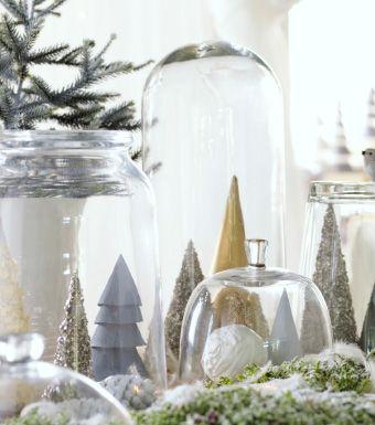 Mit Glitter bedeckte Papiertannen, die unter POMP Windlichtern aus Klarglas zu einer Landschaft arrangiert sind. Egal, wie warm oder nass es Ende Dezember wird, dieses Jahr gibt es weiße Weihnachten. Doch diesmal drinnen in deinem Wohnzimmer. Und anstelle von schmelzenden Schneemännern wird es Schneekugeln, weiche Textilien und dekorative Papiergirlanden geben.