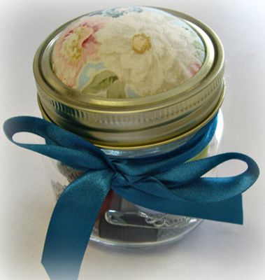 Sewing Kit in a Jar from sarahssimplyhandmade.co.uk! Check out some more gifts for her here: http://bit.ly/1QRz6GH