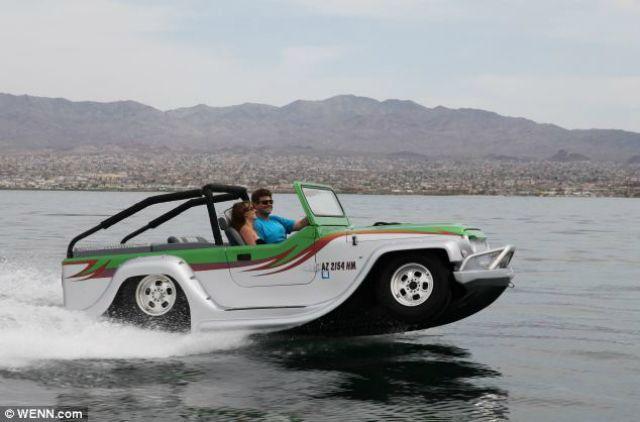 """En California, la compañía WaterCar diseñó """"The Panther"""", un anfibio que es capaz de transformarse de vehículo terrestre a marino en 15 segundos. Fred Selby, quien pasó once años tratando de darle """"vida"""" a este coche anfibio de ensueño. Acá sus especificaciones: Peso: 113.3 kilogramos/Altura: con el Longitud: 4.5 mts/ Ancho: 1.82 mts Velocidad En agua: 71 km/h En tierra: 129 km/h Motor/Transmisión Honda 3.7 litros VTEC velocidades manuales"""