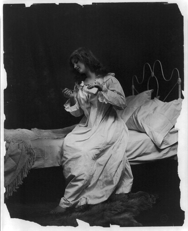 Fitz W. Guerin (1846-1903) a reçu la Medal of Honor pour sa bravoure lors de la Guerre  civile américaine, à son retour il s'est installé à Saint Louis et a commencé à apprendre la photographie en travaillant comme assistant. Après des années d'apprentissage, finalement, en 1876 il crée son propre studio. En 1878 il remporte …  http://www.laboiteverte.fr/fitz-w-guerin-portrait-affriolant-a-mise-scene-romantique/