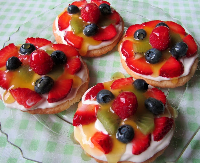 Mennonite Girls Can Cook: Mini Fruit Pizzas This one!