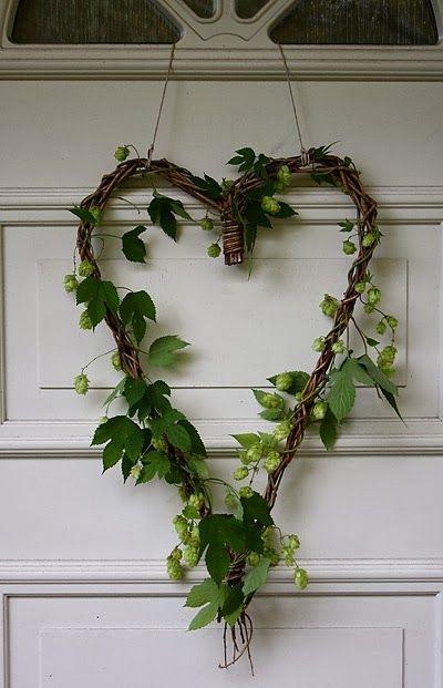 #DIY un corazón con flores naturales para darle un toque de color especial a tu casa http://decoratualma.blogspot.com.es/2014/02/flowers-in-love.html
