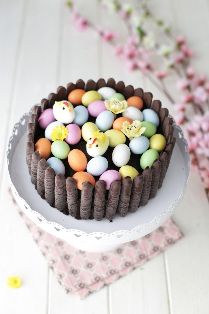 Ho preparato questa spettacolare torta di Pasqua al cioccolato decorata con i biscotti Togo e tanti ovetti confettati in occasione del compleanno della mia