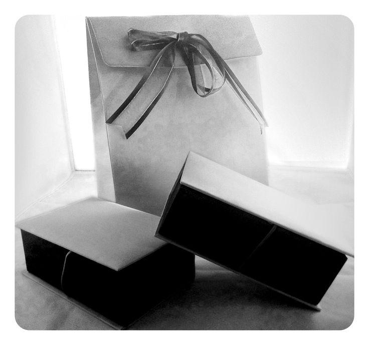 Antara Kotak Hadiah Jam Beserta Paper Bag bagi Tujuan Hadiah