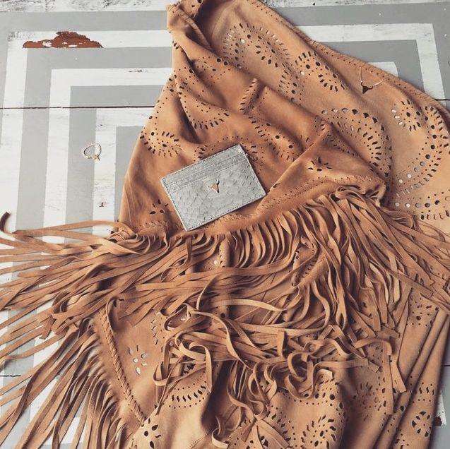 Des #franges et du #python avec l'étole #gypset et le #portecartes #lana gris clair . #look #boho #chic #lepetitcartel #tetedetaureau #bijoux #maroquinerie #handmade #limitededition #bague #revolver