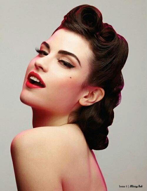 Lata 50.  Typowa fryzura dla lat 50, duże czerwone usta, eyeliner i odrobina różu.