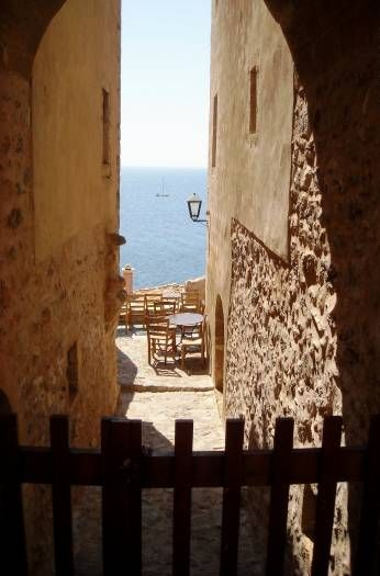 FAYE C. - CANADA-ΕΚΠΡΟΣΩΠΟΣ ΤΗΣ ΕΛΛΑΔΑΣ:Μονεμβασιά, το κάστρο πάνω σε ένα βράχο. Γεμάτο με ταβέρνες και stenakia, το καλύτερο μέρος στην Ελλάδα.