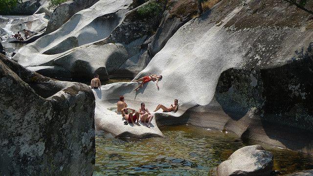 1.- Una garganta natural donde se forman piscinas naturales (En cáceres)   Se llama Reserva natural Garganta de los Infiernos y está en el extremo oeste de la Sierra de Gredos. Más precisamente, en la comarca de Valle del Jerte, la reserva es puerta de entrada a la comunidad Autónoma de Extremadura.