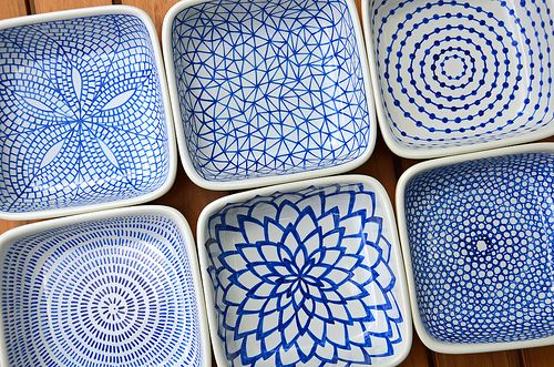 DIY hand-painted ceramic tealight holders: Draw the patterns on the ceramic dishes with a Pebeo Porcelaine 150 Paint Pen (the color I used was Lapis), allow them to dry for 24 hours, then bake them in the oven to set the ink.