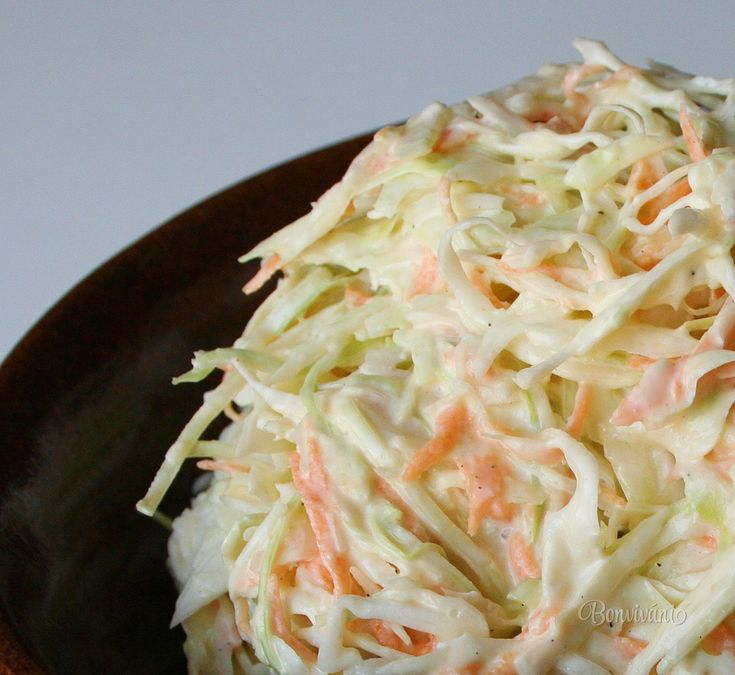 Kapustový šalát s dresingom, veľmi známy a chutný. Receptov na jeho prípravu je po svete viac, ako našich kapustníc, či ruských borščov. Dresing na tento jemne nastrúhaný kapustový šalát sa pripravuje z majonézy, zo smotany, z cmaru, alebo len s citrónom a octom. Podáva sa často ako príloha k rôznym druhom hydinových jedál.