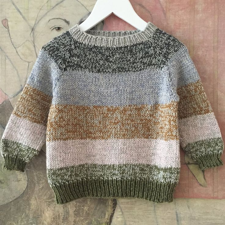 Om modellen: Klassisk sweater i glatstrik strikket oppefra og ned med raglanærmer, normal pasform til den løse side og minimal montering. Modellen...
