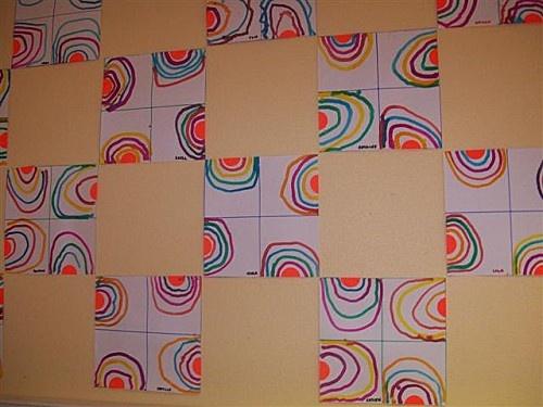 arc en ciel sur feuille carrée partagée en 4, demi cercle au centre des carrés, tracés à l'encre et coton tige au dessus pour fabriquer des arcs-en ciel.