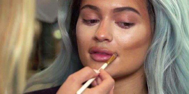 Usta Kylie Jenner krok po kroku
