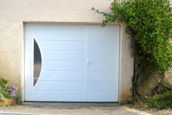 Porte De Garage Basculante Avec Portillon Et Grand Hublot Spi Porte Garage Porte De Garage Basculante Garage