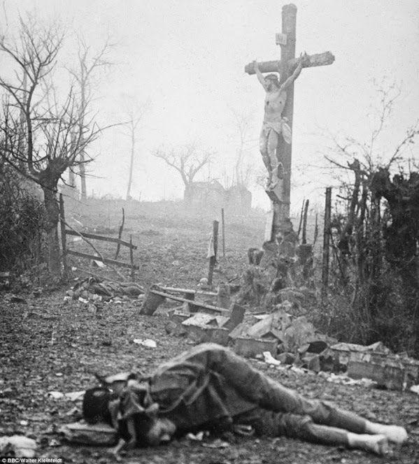 Cruxifixo  Essa imagem, uma das fotografias mais marcantes da guerra, não foi tirada por um fotógrafo profissional. A cena foi capturada por uma câmera Contessa, operada por  Walter Kleinfeldt, de apenas 16 anos, que se juntara à guerra um ano antes. Walter depois montou uma loja de fotografia, quando voltou para a Alemanha, mas essa, tirada durante a Batalha do Somme,  foi descoberta quase 100 anos mais tarde, quando o filho de Walter a encontrou.  O contraste entre o soldado morto e o…