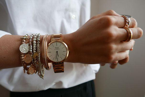 """Des bijoux argentés portés avec des bijoux dorés..Chemise, Maison Standards. Bracelets, Dodo. Jonc, montre et bague, Piaget. Bage """"gourmette"""", Pomellato."""