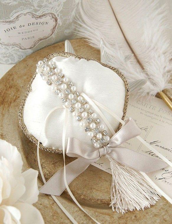 結婚式で指輪交換の時に使用するリングピロー。きらめくクリスタルビジューとパールのラインがリュクスな雰囲気を持つ、タッセルが可愛いおしゃれなリングピローです。フ...|ハンドメイド、手作り、手仕事品の通販・販売・購入ならCreema。
