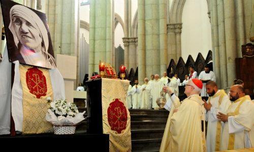 Cerimônia na Catedral da Sé (SP, BRASIL), homenageia Santa Teresa de Calcutá...  :)