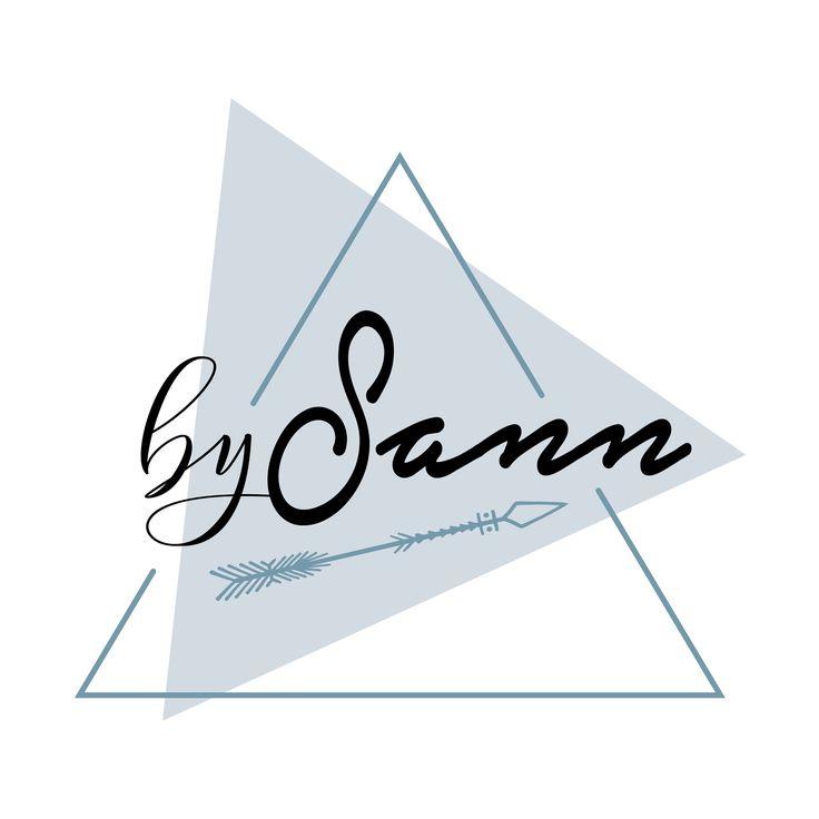 Voor BySann heb ik het logo ontworpen. Sandra is creatief op heel veel verschillende vlakken. Ze maakt graag kleding, haakt veel, maakt haarspelden en ze handletterd. Sandra liet mij vrij om een logo voor haar te maken, de naam BySann heeft zij zelf verzonnen. Toen het ontwerp klaar was, wilde ze graag een andere kleur en een pijl toevoegen. Natuurlijk was dit mogelijk. Zie hieronder het resultaat.  Sandra, heel veel creativiteit toegewenst met BySann