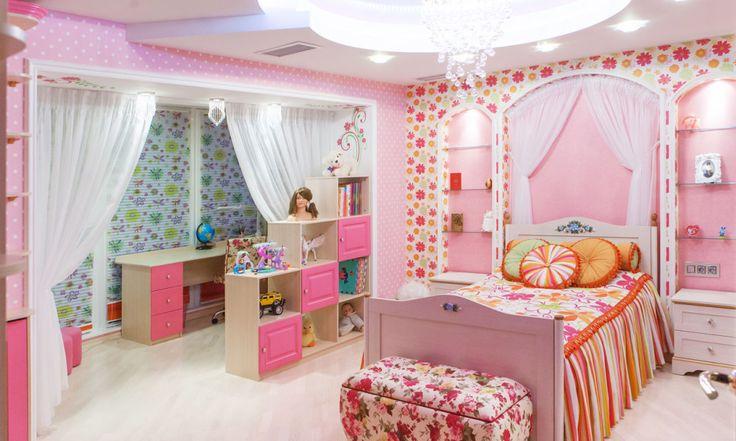 Обстановка детской комнаты должна быть спокойной и комфортной, чтобы не раздражать или вызывать агрессию у малыша. Даже не смотря на то, что большинство девочек любят яркие краски и множество аксессуаров, при обдуманном подходе можно создать довольно красивый дизайн, который непременно понравится любой его маленькой обитательнице. Многие родители думают, что детскую комнату для девочки непременно следует […]