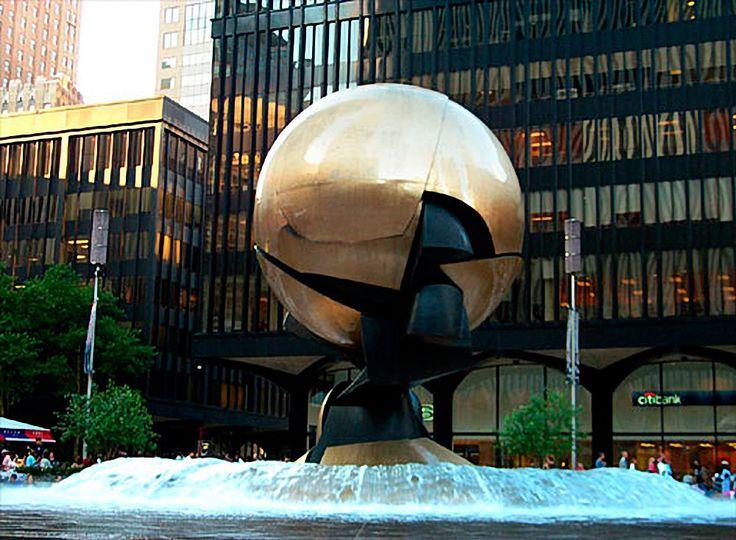"""Фриц Кениг """"Сфера"""". Всемирный Торговый Центр Жертв, -   на 11 марта 2002 года. Кениг отметил, что """"Это была скульптура, теперь это памятник. Это уже другая красота, одна я никогда не мог себе представить. У него своя жизнь, отличной от той, которую я дал его."""" Вечный огонь был зажжен на 11 сентября 2002 года для жертв нападения. По окончании Мемориал 11 сентября на Ground Zero,"""
