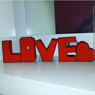 Letras 3D feito de papelão e pintadas de tinta vermelha.