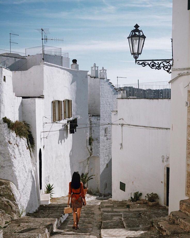 La pelle pizzica sotto il sole della Puglia. Sotto quel cielo così azzurro che il bianco è ancora più bianco. Il vento che ti accoglie con un abbraccio scompigliandoti i capelli.  Una nicchia in paradiso che ti fa staccare un po' i pensieri e ti lascia, così, con la voglia di respirare ancora quell'aria che sa di genuinità.  #FalconeriItalianTour #Falconeri #igersvalleditria #valleditria #pugliamia #pugliagram