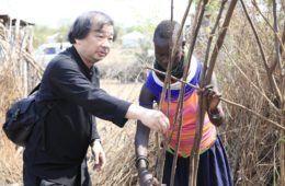 ARSITEK TERKENAL JEPANG SHIGERU BAN MEMBANGUN 20.000 RUMAH BAGI PENGUNGSI DI KENYA| ARTFORIA.COM  Berita Arsitektur Jepang – Belum lama ini dikabarkan melalui banyak media bila salah satu artsitek terkenal Jepang yaitu Shigeru Ban membuat keputusan untuk membangun 20.000 rumah pengungsian bagi warga-warga Kalobelei di Kenya, Afrika. Seorang arsitektur yang memenangi Penghargaan Priztker ini memang dikenal sangat dermawan dan peduli lingkungan, sebenarnya Shigeru Ban sudah sangat sering…