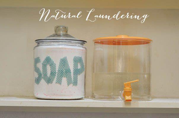 Detergente de lavandería casera 1 caja de bórax (También llamado borato de sodio, tetraborato de sodio o tetraborato disódico, blanqueador y desodorante) 1 taza de sosa comercial (carbonato de sodio, la eliminación de la suciedad) 3 barras de jabón rallado, su elección (Ver más abajo para mi investigación de los cuales para el uso) Utilice 1/2 taza de detergente casero Adiciones opcionales a la hora de lavar la ropa: 1/2 taza de vinagre (ácido acético y agua, eliminador de olores natura