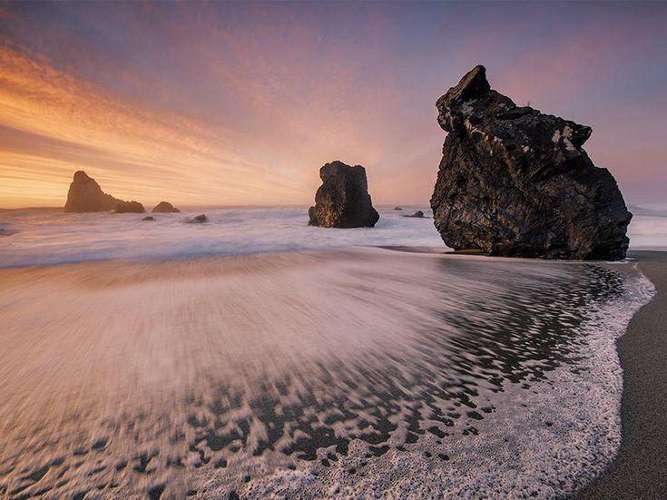 Il Wahipounamu Fotografia di Michael Melford  Resti di roccia cristallina, testimonianze dell'era glaciale, punteggiano la costa nord di Haast nel sud-ovest della Nuova Zelanda.