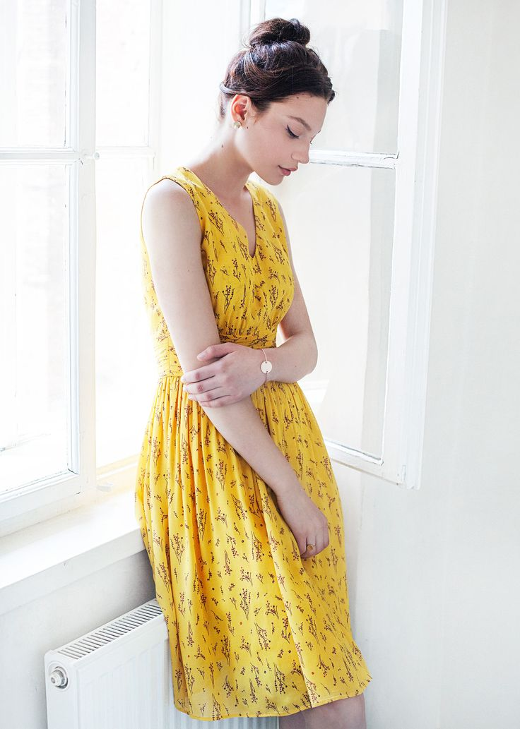 Emily dress - yellow - his lively dress was cut to highlight and flatter the silhouette, displaying a fitted waist, a floaty skirt and a V-neckline. The delicate printed motif adds femininity, providing for a soft, romantic feel.