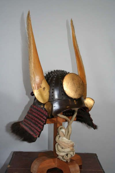 The kabuto is unusual in that it has large standing rivets similar to an igabachi kabuto (kabuto with long spike rivets). It is also unusual in that it has wakidate (side helmet crests) that are made out of whale baleen.