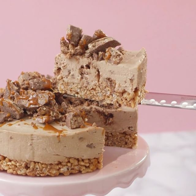 Toffee Crisp Cheesecake @tastemadeuk⠀ *Save this recipe on our app! Link in bio.⠀ INGREDIENTS:⠀ 5 oz Mars Bars, cut into small chunks⠀ 6 tbsp unsalted butter⠀ 5-7 cups rice krispies⠀ FILLING:⠀ 2 cups chocolate⠀ 1.5 cups cream cheese⠀ 2 tbsp fine sugar⠀ 2 Tbsp boiling water⠀ 4 tbsp heavy cream⠀ 3 oz Crunch Bar, small chunks⠀ To decorate:⠀ Caramel sauce⠀ Crunch bar⠀ STEPS:⠀ Over a pan of simmering water, melt together the butter and Mars Bar chunks. It will look like it's not going to melt at…
