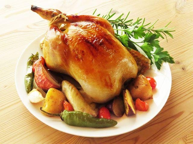 オーブンで焼く、おいしい丸鶏のローストチキン(鶏の丸焼き)のレシピを画像で追いながら詳しく掲載。 作り方は簡単、野菜をお腹に詰めればスタッフドチキンに。砂糖と塩、水だけで作れるブライン液を使った、しっとりとやわらかいローストチキンのレシピです。