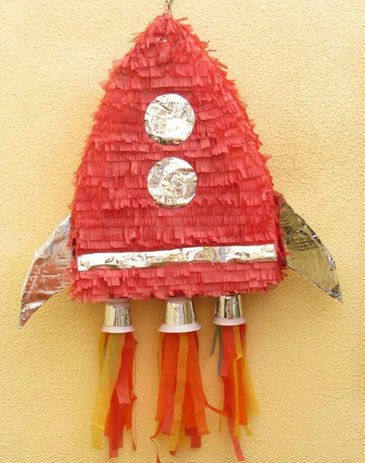 Piñata cohete realizada en Casa Azul  con materiales reciclados (menos el papel de seda).