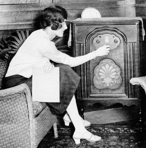 It is generally agreed that the first paid radio commercial was developed by    WEAF in New York by AT in August of 1922. The first sponsor, or commercial –   according to AT – came from the Queensboro Reality Corporation of New   York, advertising an apartment complex. The set of five programs over five   days starting 8/28/22 cost 50 dollars, plus the long distance access fee.: Music, History, 1920 S, Roaring Twenties, Radios 1920, Vintage, Roaring 20S, Photography 1920S, 1920S Photography