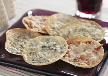 餃子の皮を使った簡単ピザも、具材しだいでお酒と合う、オトナなおつまみになります。