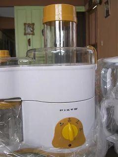 PIXYS. Licuadora multifuncional 5 en 1. Eficiencia comprobada prensando jugos de frutas y vegetales, procesando carnes sin agua, licuando y mezclando alimentos, cortando, granulando alimentos secos y filtrando ingredientes líquidos. Incluye cambio de velocidades, indicador eléctrico con diseño de lámpara, hojillas ultrafilosas, diferentes vasos y contenedores para cada función y filtro.  Es muy fácil de usar y limpiar. ARTÍCULO NUEVO en su empaque original. OFERTA LIMITADA: 64.999. Bs.