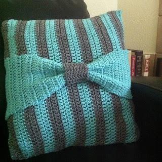 cubierta de almohada a rayas y moño - crochet