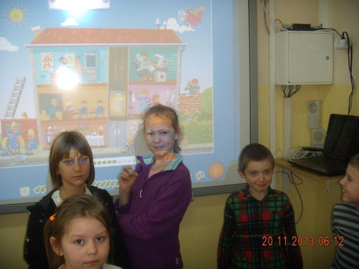 Na lekcjach j. angielskiego utrwalamy słówka korzystając z gier . Wykorzystując laptop i ekran interaktywnie bawimy się w grupie ucząc się.