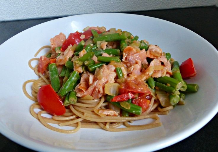 Spaghetti met sperziebonen, zalmsnippers en tomaten