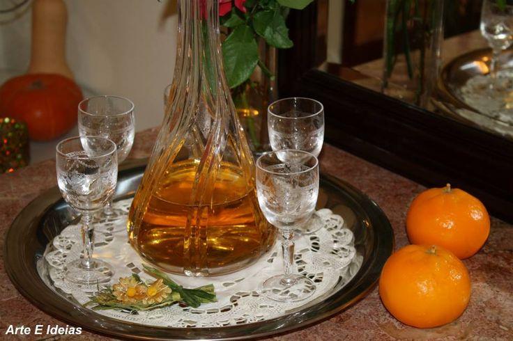 Licor de tangerina  Casca de 6 tangerinas - sem a parte branca 350ml de vodka ou aguardente 250g de açúcar 400ml de água  Coloque numa garrafa de boca larga, as cascas de tangerina e a vodka ou a aguardente. Tape e deixe em infusão por 8 dias; agitando a garrafa todos os dias. Passado esse tempo, retire as cascas da tangerina. Leve ao lume a água com o açúcar. Deixe ferver 5 ou 6 minutos. Retire e deixe arrefecer. Junte a calda de açúcar à vodka, coe o licor através de um filtro de café o